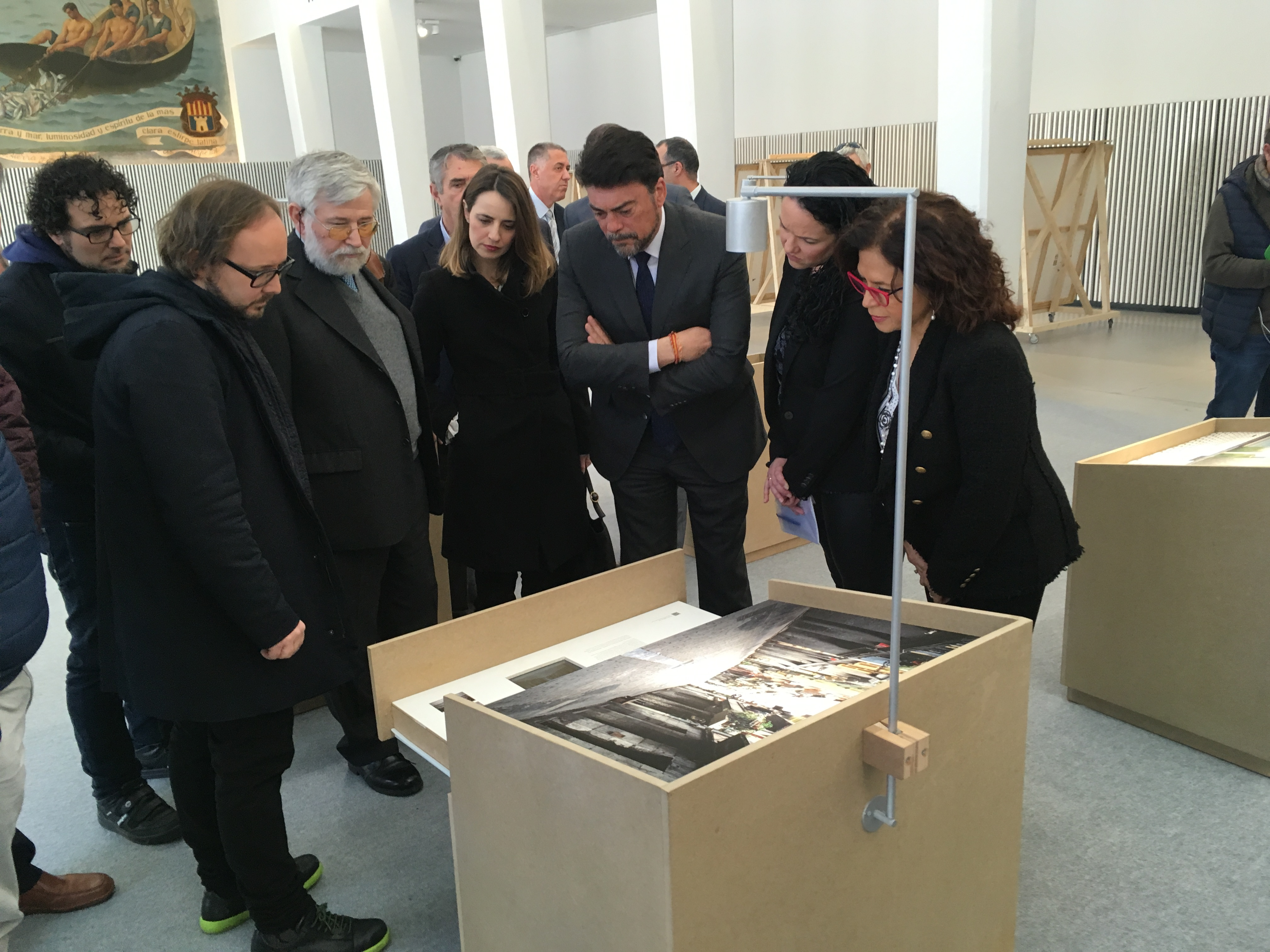 """Visita Institucional A La Exposición """"A La Hora, En El Lugar"""" En Alicante"""