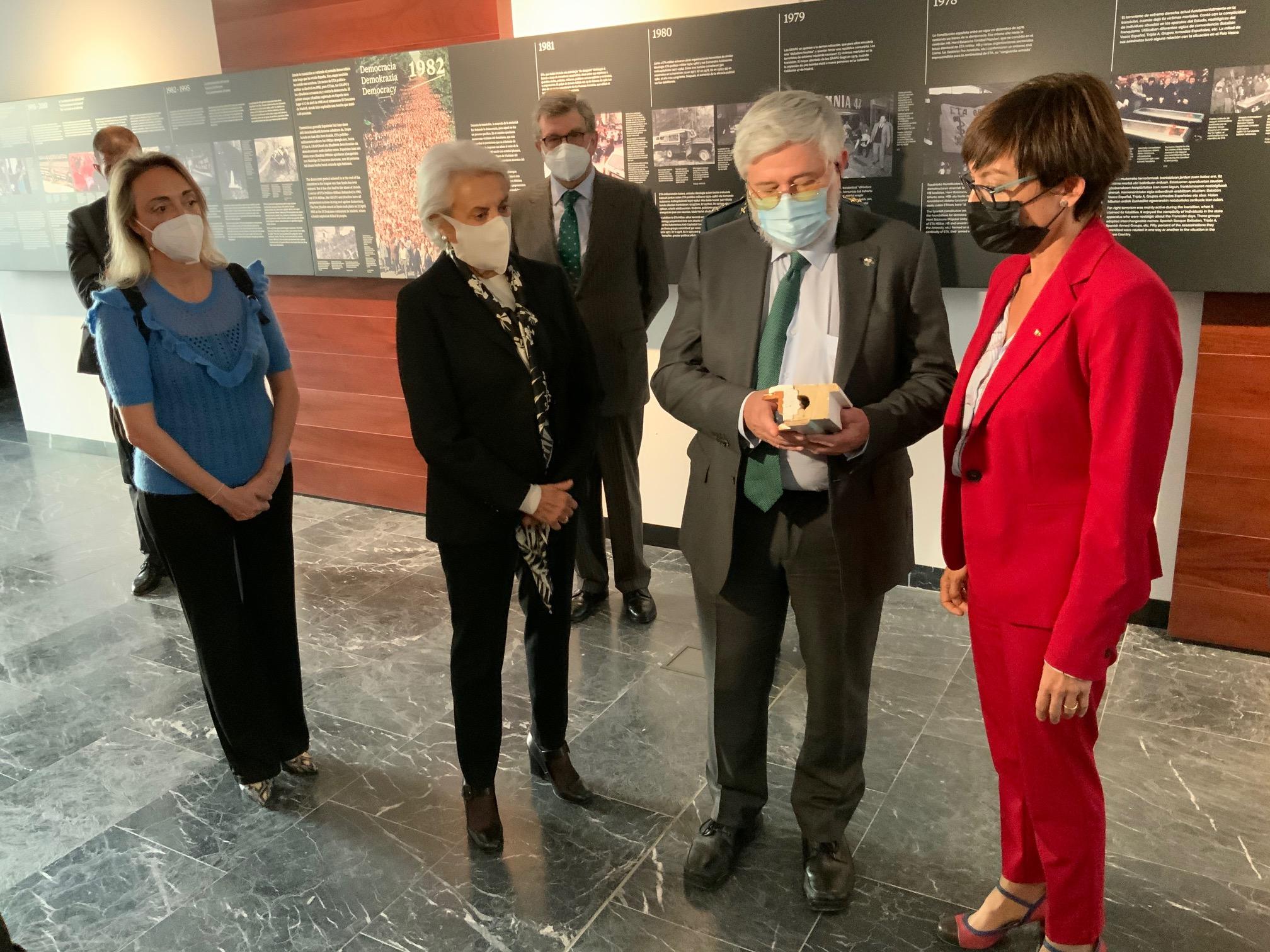 La Directora De La Guardia Civil Entrega Al Memorial Parte De La Jamba Del Armario-zulo Del Secuestro De Publio Cordón